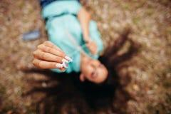 Наушники закрывают вверх в взгляд сверху антенны рук девушки Стоковое Фото