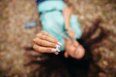 Наушники закрывают вверх в взгляд сверху антенны рук девушки Стоковая Фотография