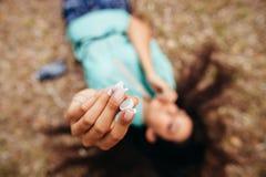 Наушники закрывают вверх в взгляд сверху антенны рук девушки Стоковые Изображения RF