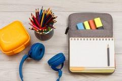 Наушники, коробка для завтрака, стойка металла для карандашей с карандашем цвета Стоковые Фото