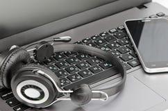 Наушники, клавиатура и smartphone Стоковое фото RF