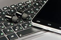 Наушники, клавиатура и smartphone Стоковые Изображения RF