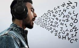 Наушники музыки азиатского человека слушая нося стоковая фотография rf