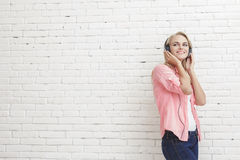 Наушники музыки счастливой маленькой девочки слушая нося стоковое изображение rf