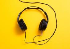 Наушники на желтом цвете Стоковое Изображение