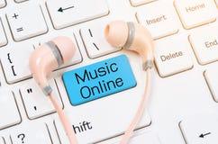 Наушники на клавиатуре с музыкой онлайн Стоковое Изображение RF