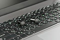 Наушники на клавиатуре Стоковые Изображения