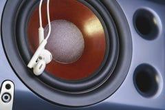 Наушники на предпосылке тональнозвукового диктора съемка серии нот опыта оборудования музыкальная конец вверх Стоковые Изображения
