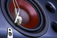 Наушники на предпосылке тональнозвукового диктора съемка серии нот опыта оборудования музыкальная конец вверх Стоковое Фото