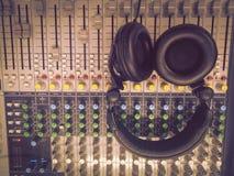 Наушники на смешивая столе Стоковые Фотографии RF