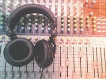 Наушники на смешивая столе Стоковая Фотография RF