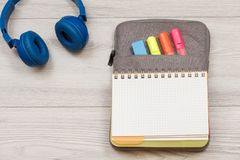 Наушники, открытая книга тренировки на случае сумк-карандаша с fel цвета Стоковое фото RF