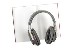 наушники принципиальной схемы книги audiobook Раскрытая книга с наушниками, перевод 3D Стоковая Фотография RF
