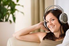 наушники слушают нот салона к женщине Стоковое Изображение