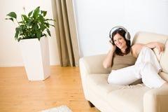 наушники слушают нот салона к женщине Стоковое Фото