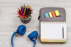 Наушники, стойка металла с карандашами цвета и открытая тренировка освистывают Стоковое Изображение