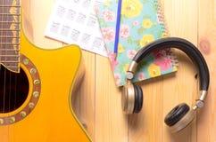 Наушники с аппаратурой гитары для благодарности музыки Стоковое фото RF