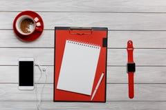 Наушники телефона телефона часов часов кофе чашки белого настольного компьютера красные стоковые фото