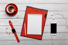 Наушники телефона телефона часов часов кофе чашки белого настольного компьютера красные стоковое фото rf