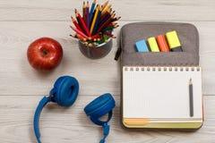 Наушники, яблоко, стойка металла для карандашей с цветом рисовали, o Стоковые Фото