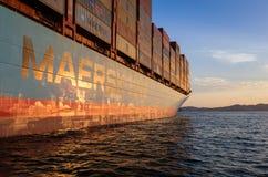Находка Россия - 22-ое августа 2017: Контейнеровоз Gerner Maersk на анкере в дорогах на sanset Стоковое Фото