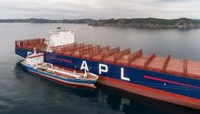 Находка Россия - 11-ое августа 2017: Топливозаправщик Zaliv Находка Bunkering большой контейнеровоз APL Париж Стоковые Изображения