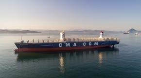 Находка Россия - 29-ое июля 2017: Большой новый CGM j контейнеровоза CMA Адамс поставлен на якорь в roadstead Стоковая Фотография