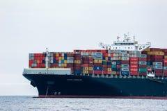 Находка, Россия - 13-ое июня 2018: Смычок огромного контейнеровоза Maersk Esmeraldas на на поставленный на якорь в дорогах Стоковые Фото