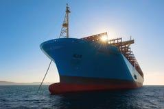 Находка, Россия - 12-ое января 2019: Большой контейнеровоз Маастрихт Maersk стоя в дорогах стоковое фото