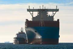 Находка, Россия - 12-ое января 2019: Положение Маастрихта Maersk контейнеровоза бункера Ostrov Сахалина топливозаправщика в roads стоковые фото