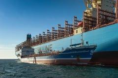 Находка, Россия - 12-ое января 2019: Положение Маастрихта Maersk контейнеровоза бункера Ostrov Сахалина топливозаправщика в roads стоковые изображения