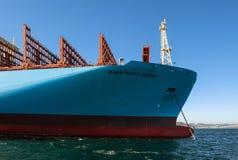 Находка, Россия - 12-ое января 2019: Смычок огромного контейнеровоза Маастрихта Maersk на поставленный на якорь в дорогах стоковые изображения