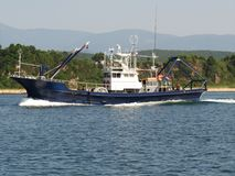 Находка Primorsky kray/Россия - 2-ое августа 2018: Рыбацкая лодка на движении около крупного плана пляжа стоковое изображение