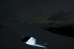 Находить кабина горы на ноче Стоковые Изображения RF