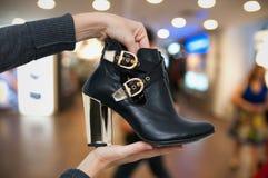 Находить новые ботинки стоковая фотография rf
