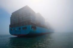 Находка, Россия - 12-ое июля 2017: Альтаир Maersk контейнеровоза стоит в тумане в roadstead Стоковые Фото