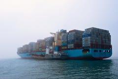 Находка Россия - 12-ое июля 2017: Топливозаправщик Восток Bunkering большой Альтаир Maersk контейнеровоза Стоковое Изображение RF