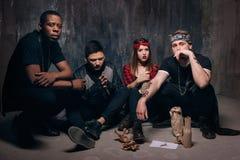 Находящаяся в невыгодном положении группа уголовной молодости с спиртом стоковая фотография
