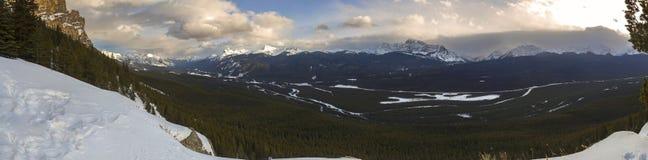 Национального парка Banff ландшафта River Valley смычка горы панорамного канадские скалистые стоковое фото rf