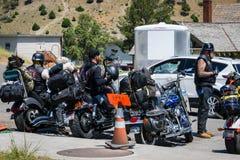 НАЦИОНАЛЬНЫЙ ПАРК ЙЕЛЛОУСТОНА, ВАЙОМИНГ, США - 17-ОЕ ИЮЛЯ 2017: Группа в составе велосипедисты посещая Mammoth Hot Springs в наци стоковое фото rf