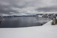Национальный парк озера кратер весной стоковое фото