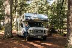 Национальный парк 30 Algonquin Канады 09 Женщина 2017 перед припаркованным круизом Америкой кемпинга рек озера 2 туриста RV Стоковые Изображения