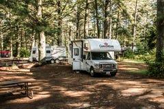 Национальный парк 30 Algonquin Канады 09 2017 припарковал кемпинг красивое Canadream рек озера 2 туриста RV Стоковое Изображение