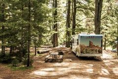 Национальный парк 30 Algonquin Канады 09 2017 припарковал круиз Америку кемпинга рек озера 2 туриста RV красивый Стоковая Фотография