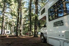 Национальный парк 30 Algonquin Канады 09 2017 припарковал ландшафт леса кемпинга рек озера 2 туриста RV красивый естественный Стоковое фото RF