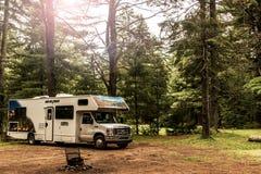 Национальный парк 30 Algonquin Канады 09 2017 припарковал ландшафт леса кемпинга рек озера 2 туриста RV красивый естественный Стоковое Фото