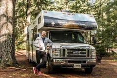 Национальный парк 30 Algonquin Канады 09 человек 2017 перед припаркованным круизом Америкой кемпинга рек озера 2 туриста RV Стоковое Изображение