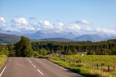 НАЦИОНАЛЬНЫЙ ПАРК CAIRNGORMS, SCOTLAND/UK - 20-ОЕ МАЯ: Дорога к Cai Стоковые Изображения RF