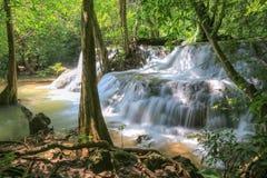 Национальный парк Khuean Srinagarindra водопада Huai Mae Khamin, тропический лес, красивые водопад и популярный с туристами для a стоковая фотография