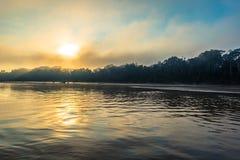 Национальный парк Manu, Перу - 7-ое августа 2017: Восход солнца берегом стоковые изображения rf